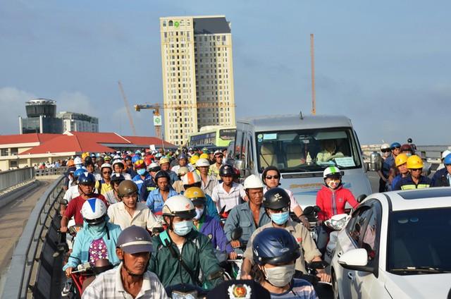 Phương tiện lưu thông trên cầu ùn ứ kéo dài hơn 1km. Ảnh : Chí Thạch