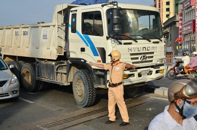 Lực lượng chức năng điều tiết giao thông. Ảnh : Chí Thạch