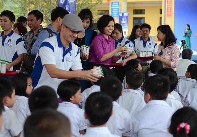 Bà Bùi Thị Hương – Giám Đốc Điều Hành Vinamilk trao tặng sữa trực tiếp cho các em học sinh trường tiểu học Ninh Xuân, huyện Hoa Lư, Ninh Bình.
