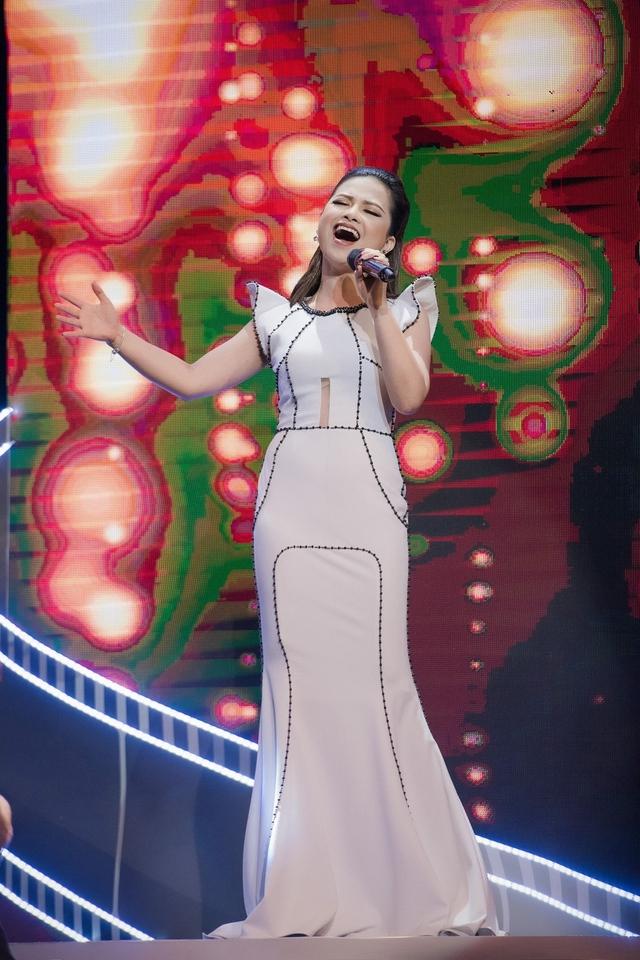Dương Hoàng Yến thời gian gần đầy ngày càng chăm chút khi có dịp xuất hiện tại các sự kiện giải trí. Cô hiện là một trong những nữ ca sĩ đắt show tại khu vực phía Bắc khi thường xuyên cho ra mắt những sản phẩm chỉn chu và có đầu tư chọn lọc.