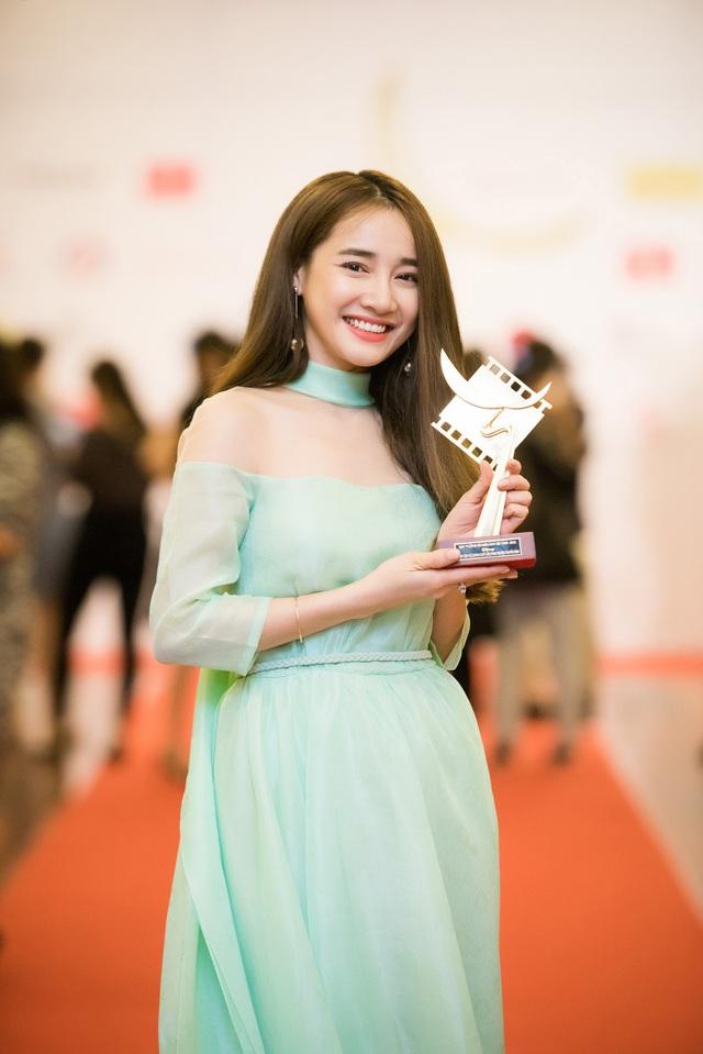 Vượt qua 2 đối thủ: Kiều Thanh (phim Khi đàn chim trở về) và Thúy Hằng (phim Mưa bóng mây), Nhã Phương (vai Linh phim Tuổi thanh xuân) đã giành giải thưởng Nữ diễn viên chính xuất sắc nhất Phim truyện truyền hình tại lễ trao giải Cánh diều vàng 2015. Đây là giải thưởng điện ảnh lớn nhất trong sự nghiệp diễn xuất của Nhã Phương từ trước đến nay. Bên cạnh đó, tại hạng mục Nam diễn viên chính xuất sắc nhất Phim truyện truyền hình, Việt Anh (phim Khi đàn chim trở về) và Quang Tuấn (phim Khúc hát mặt trời) đồng đoạt giải.