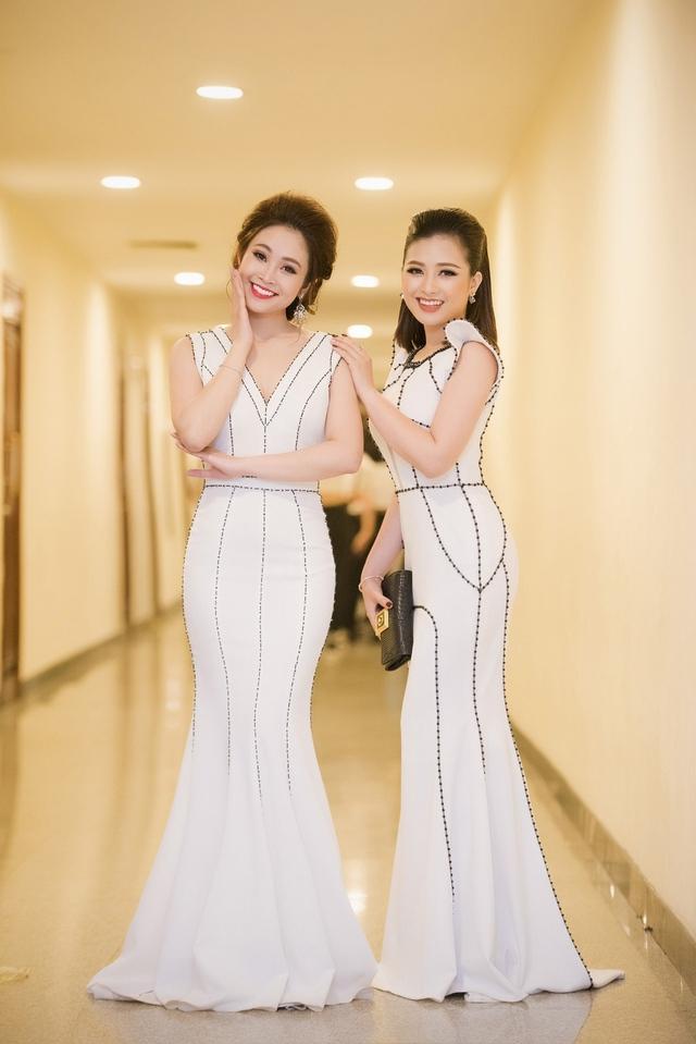 Dương Hoàng Yến và Thùy Linh diện 2 bộ đầm trắng, gây ấn tượng bởi phong cách và cách trang điểm khá giống nhau. Xuất hiện trên thảm đỏ của Lễ trao giải Cánh diều vàng, Thùy Linh và Hoàng Yến khiến nhiều người chú ý khi có ngoại hình như hai cặp chị em sinh đôi.