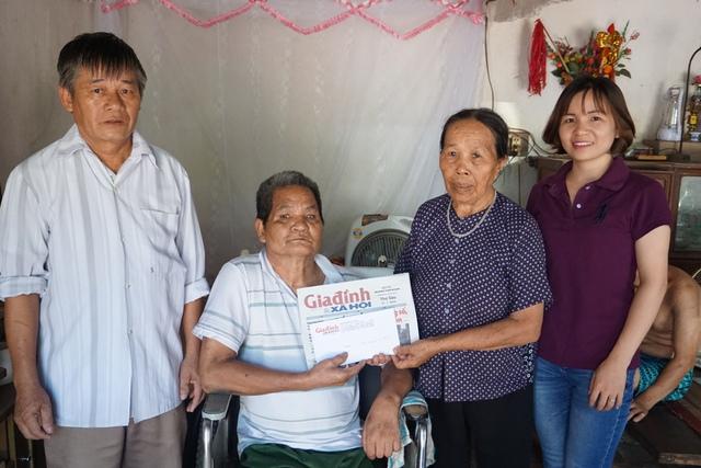 PV Phương Thuận (ngoài cùng bên phải), đại diện chuyên mục Vòng tay Nhân ái và ông Nguyễn Xuân Thể (ngoài cùng bên trái), Trưởng thôn Phù Trì trao số tiền bạn đọc ủng hộ cho gia đình ông Thịnh. Ảnh: N.Mai