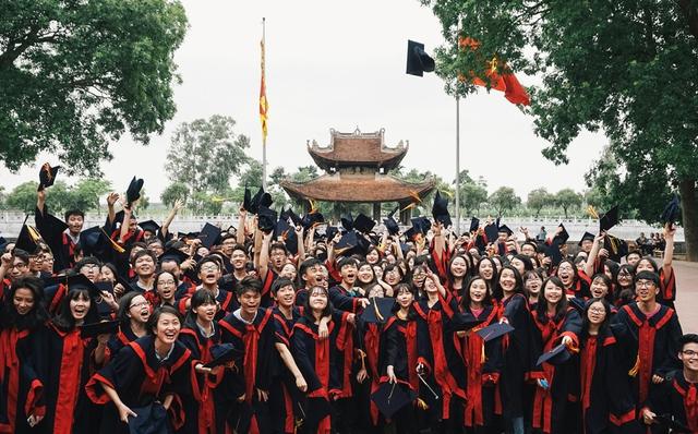 310 học sinh chụp ảnh kỉ yếu tại đền Đô.