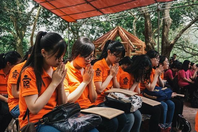 Tham dự chương trình các em học sinh của trường sẽ cùng nhau chụp kỉ yếu, dâng lễ, nghe giảng đạo và cùng nhau ăn cơm chay tại 2 địa điểm trên.