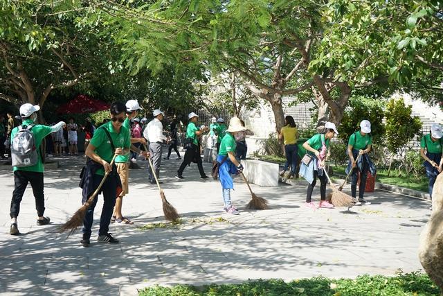 """Đây là hoạt động ý nghĩa của tân sinh viên Đại học Đông Á, hướng đến là """"Bảo vệ voọc chà vá chân nâu, bảo vệ môi trường biển – nói không với rác tại các điểm du lịch Đà Nẵng"""""""