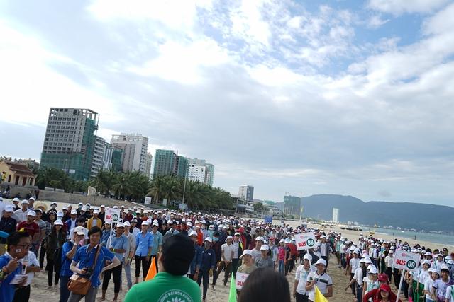 Ngàn sinh viên tham gia dọn vệ sinh bãi biển Đà Nẵng.