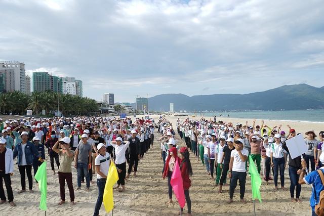 Ngày 26/8, hơn 1.000 tân sinh viên K16, trường Đại học Đông Á Đà Nẵng đã phát động và cùng nhau ký cam kết bảo vệ môi trường sinh thái và đa dạng sinh học