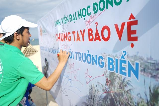 Voọc chà vá chân nâu cũng vừa được chọn làm hình ảnh nhận diện thành phố nhân sự kiện năm APEC 2017 tại Đà Nẵng. Hiện ở Sơn Trà có khoảng 530 cá thể, chiếm tới 83% số lượng vọoc trong thiên nhiên được biết đến trên thế giới