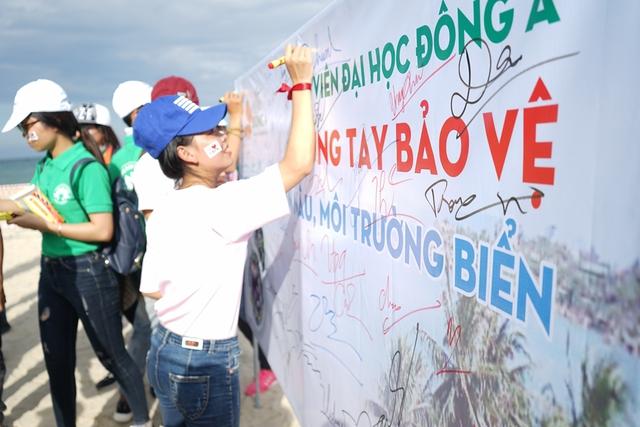 """1.000 chữ ký cũng là 1.000 quyết tâm tình nguyện chung tay của 1.000 tình nguyện viên – sinh viên đồng hành cùng các tổ chức, ban ngành thành phố tuyên truyền bảo vệ loài Voọc chà vá chân nâu tại bán đảo Sơn Trà – """"nữ hoàng linh trưởng"""" quý hiếm"""