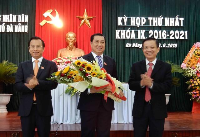 Chủ tịch Huỳnh Đức Thơ (ở giữa) được các đại biểu bầu tiếp tục giữ chức vụ Chủ tịch UBND TP Đà Nẵng nhiệm kỳ 2016-2021. Ảnh: Đức Hoàng