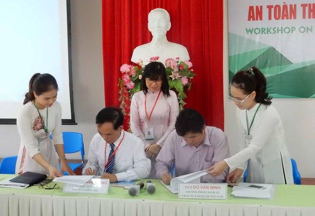 Ký kết hợp tác chuyển giao công nghệ nâng cao chất lượng nước mắm cổ truyền đang được sản xuất tại xã Tam Thanh (Tam Kỳ, Quảng Nam) nhằm giúp thương hiệu nước mắm sạch ở đây phát triển. Ảnh: Đức Hoàng