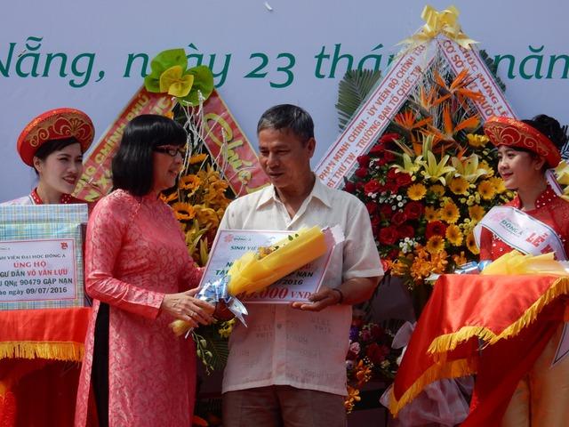 Trao số tiền 30 triệu đồng cho ngư dân Võ Văn Lựu – chủ tàu QNg 90479 gặp nạn trên biển vào ngày 9/7. Ảnh: Đức Hoàng