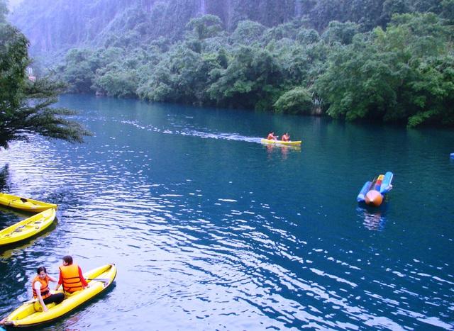 Du khách tham quan tuyến sông Chày - hang Tối. Ảnh: Đức Hoàng