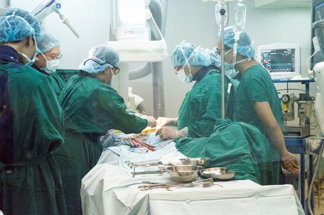Các bác sĩ BV Hoàn Mỹ Đà Nẵng đã quyết định thực hiện phẫu thuật nội soi đặt stent graft cho bệnh nhân. Ảnh Đ.H