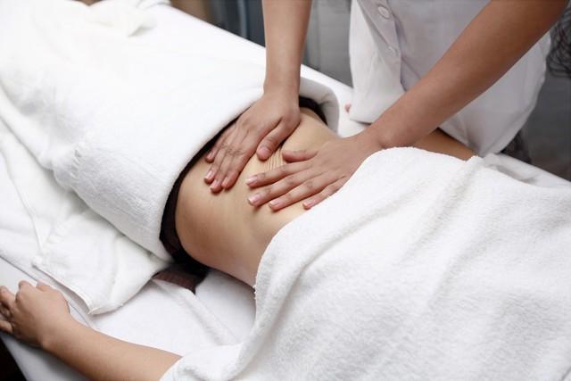 Chỉ massage ngoài da không có tác dụng giảm mỡ bụng. Ảnh minh họa