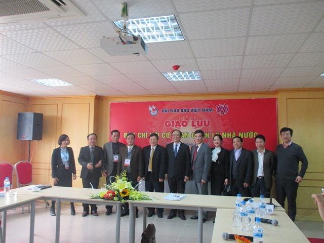 Lãnh đạo các Bộ, ngành chụp ảnh lưu niệm với đại diện Hội Nhà báo Việt Nam và các nhà báo