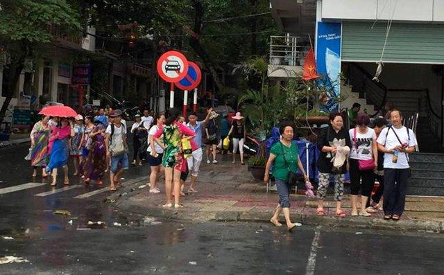 Nhiều du khách đang mắc kẹt tại đảo Cát Bà. Ảnh: Xuân Thuỷ