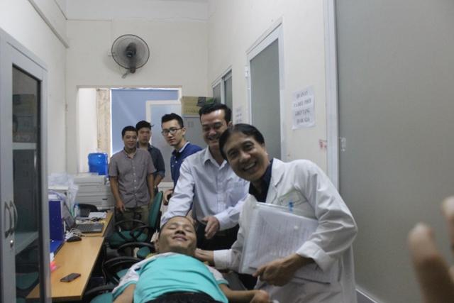 Anh Phạm Sỹ Long cùng cán bộ Trung tâm điều phối Quốc gia về ghép bộ phận cơ thể người (Bệnh viện Việt Đức) sáng nay.