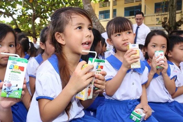 Niềm vui uống sữa của các em học sinh trường tiểu học B Mỹ Hiệp, Ấp Đông Châu, xã Mỹ Hiệp, huyện Chợ Mới, tỉnh An Giang.