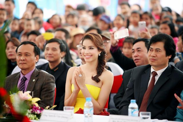 Vẻ đẹp tươi tắn và bộ trang phục bắt mắt đã giúp Phạm Hương nổi bật trên hàng ghế khách mời