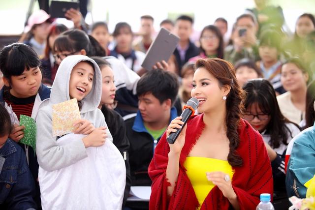 Phạm Hương vui vẻ giao lưu cùng fan