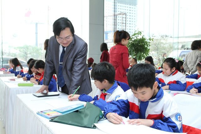Đại diện Bộ Giáo dục và Đào tạo xem các học sinh tiểu học vẽ tranh