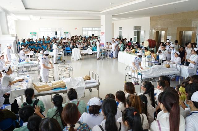 Sinh viên khoa Điều dưỡng ĐH Đông Á thi kỹ năng nghề nghiệp. Ảnh: Đức Hoàng