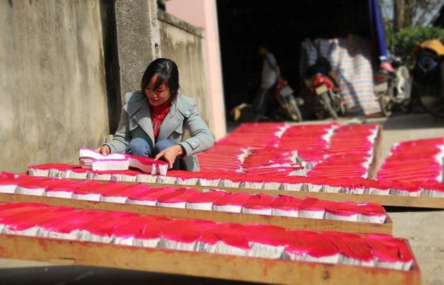 Giấy quấn hương được người dân hong phơi khô cẩn thận