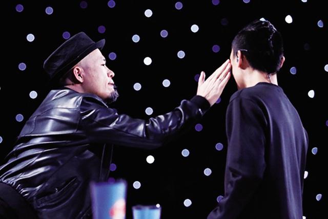 Màn tát thí sinh gây tranh cãi của nhạc sĩ Huy Tuấn. Ảnh: TL