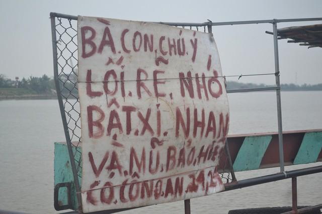 Tấm biển cảnh báo CGST tại phà An Khê khiến nhiều hành khách thích thú. Ảnh: Đ.Tuỳ