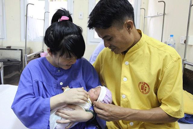 Niềm vui của vợ chồng sản phụ Phạm Thị Huệ. Ảnh: BVCC