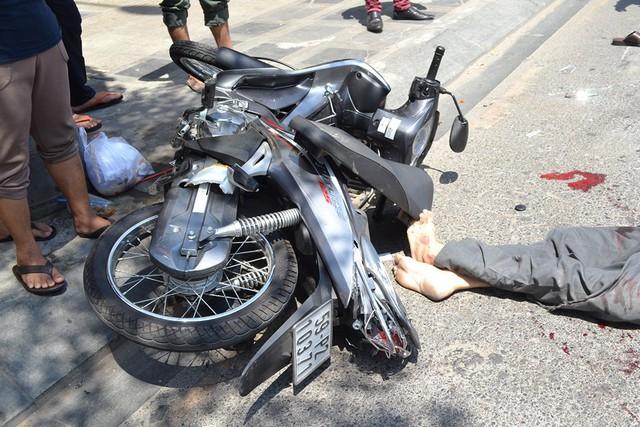 Chiếc xe máy Future của người đàn ông bị bung cốp và hư hỏng