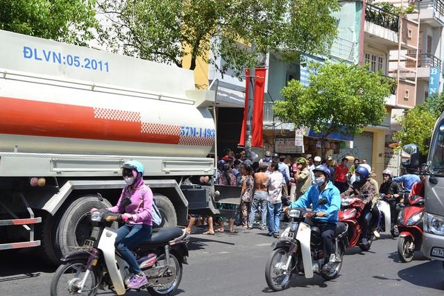 Vụ tai nạn thu hút nhiều người dân hiếu kỳ đứng xem