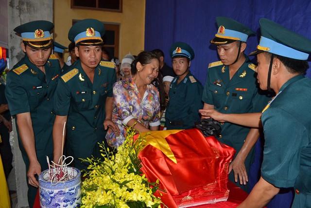 Theo nguyện vọng của gia đình, tang lễ của thượng uý Lam được tổ chức tại Nhà văn hoá thôn Đào Lạng