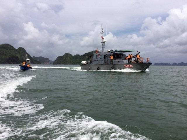 Nhiều tàu thuyền được tỉnh Quảng Ninh huy động tìm kiếm máy bay CASA-212. (Ảnh: Bộ CHQS QN)