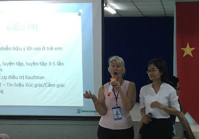 Một chuyên gia về ngôn ngữ trị liệu do Project Việt Nam Foundation mời thuyết trình tại BV Nguyễn Tri Phương hôm 5/3.