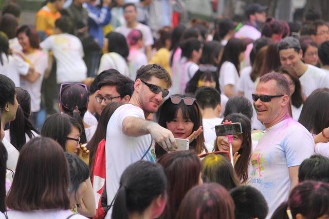 Nhiều du khách nước ngoài cũng hào hứng tham gia.