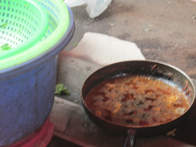 Bạn có còn muốn ăn khi nhìn thấy chảo mỡ này? (ảnh chụp tại một quán ăn trong chợ Nhà Xanh, Cầu Giấy).