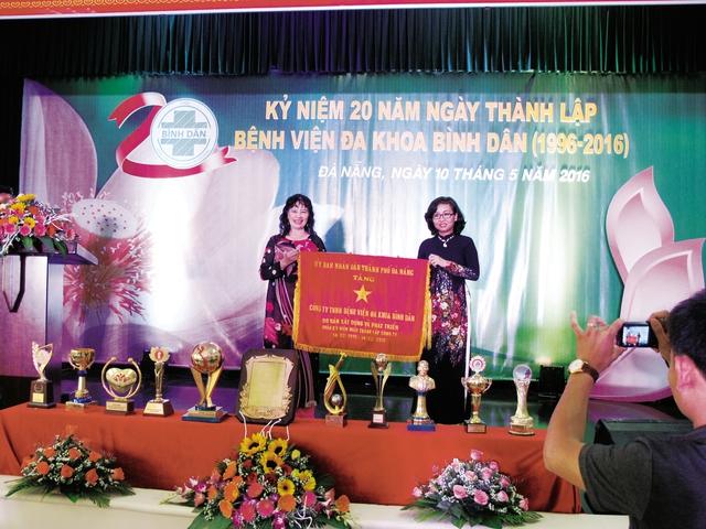 BS Tư Hằng thay mặt bệnh viện nhận khen tặng của UBND TP Đà Nẵng. Ảnh: TL