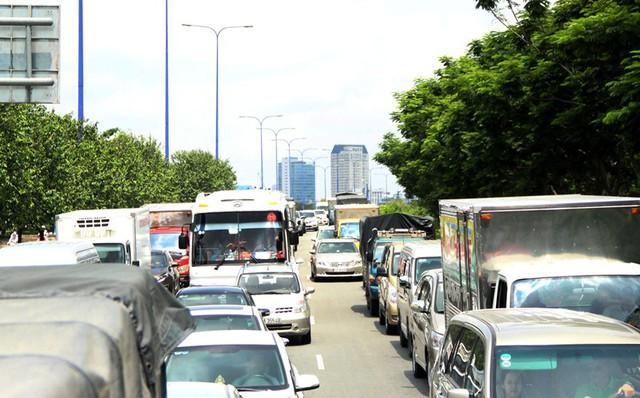Các phương tiện lưu thông ùn ứ kéo dài. Ảnh : Quang Phòng