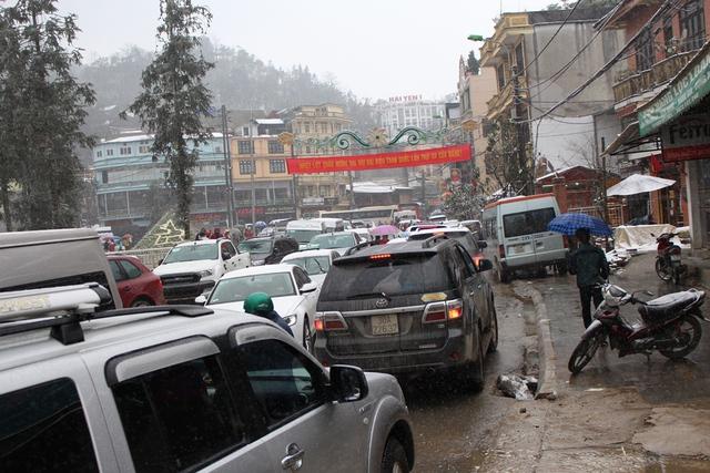 Đường vào bến xe Chợ Mới tắc nghẽn với nhiều loại phương tiện khác nhau.