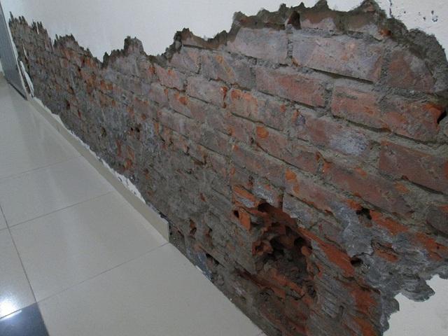 Một căn hộ tại tầng 6 (CT2) bị thấm nước quá nhiều và đang phải đục ra để khắc phục. Ảnh: N.Thuyết