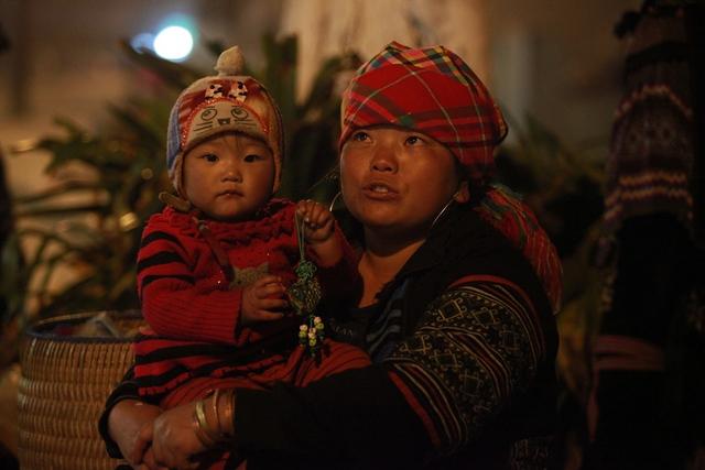 Nhiều đứa trẻ được mẹ cho đi bán hàng cùng.