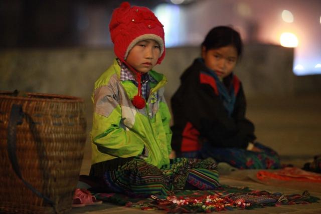 Trời lạnh và mưa nhưng hai em bé này vẫn phải ngôì bán hàng đến nữa đêm. Hai em cho biết khi nào khách du lịch về nghỉ thì cac em cũng mới nghỉ bán hàng.