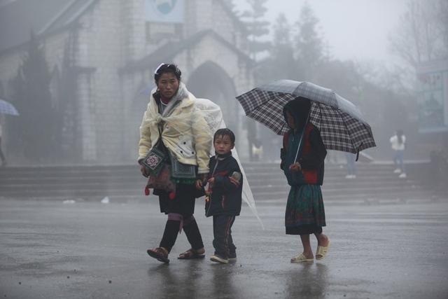 Ngày hôm nay (23/1), nhiệt độ tại thị trấn Sapa (Lào Cai) xuống thấp, trời mưa và nhiều sương mù. Ban đêm nhiệt độ ngoài trời chỉ khoảng 1 độ C.