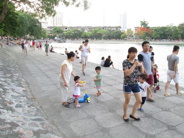Nhiều gia đình chỉ có thể đưa con đi dạo chơi bên hồ.