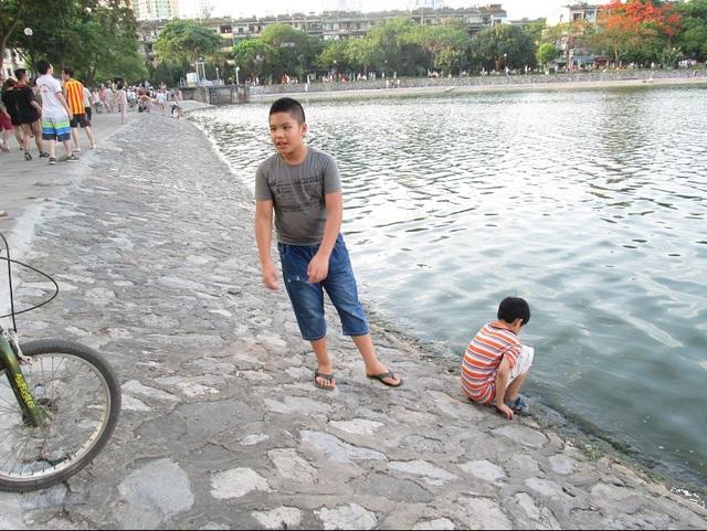 Có em lại xuống bờ hồ... nghịch nước bẩn như thế này.