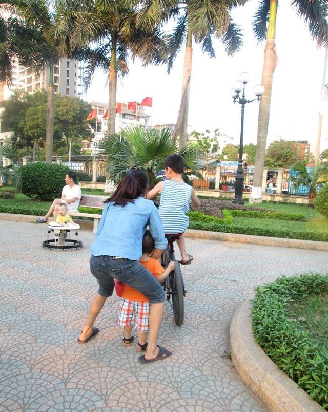 Chỉ sẩy một chút nữa thôi thì em bé này sẽ bị xe đạp va phải.