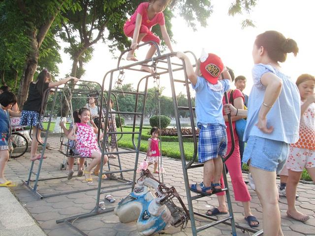 Tuy nhiên, hằng ngày, vẫn rất đông trẻ nhỏ đến để giành nhau leo trèo, chơi đùa trên hai chiếc đu ọp ẹp.